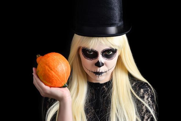 Dziewczyna Czaszki Cukru Z Blond W Czarnym Kapeluszu Z Dyni Premium Zdjęcia