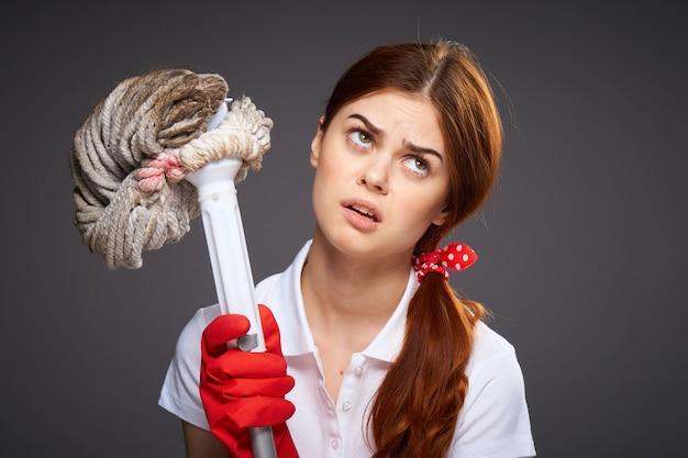 Dziewczyna Czyści Gumowe Rękawiczki Premium Zdjęcia