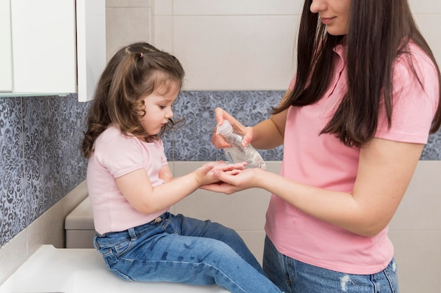 Dziewczyna Dezynfekujące Ręce Darmowe Zdjęcia