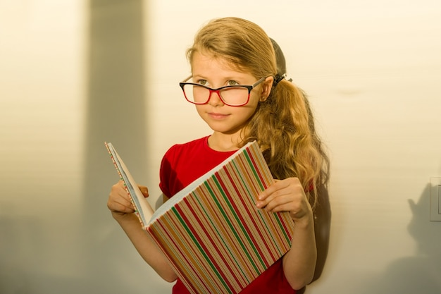 Dziewczyna dziecko uczeń szkoły podstawowej w okularach Premium Zdjęcia