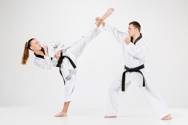 Dziewczyna I Chłopak Karate Z Czarnymi Pasami Darmowe Zdjęcia