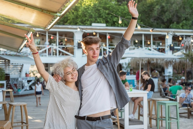 Dziewczyna I Chłopak świętują Koniec Kwarantanny Darmowe Zdjęcia