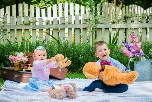 Dziewczyna i chłopak w ogrodzie Premium Zdjęcia
