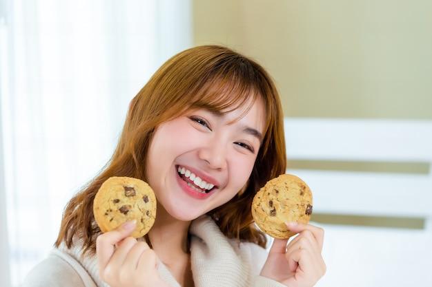 Dziewczyna I Ciesz Się Pysznymi Ciastkami Dla Smakoszy Darmowe Zdjęcia