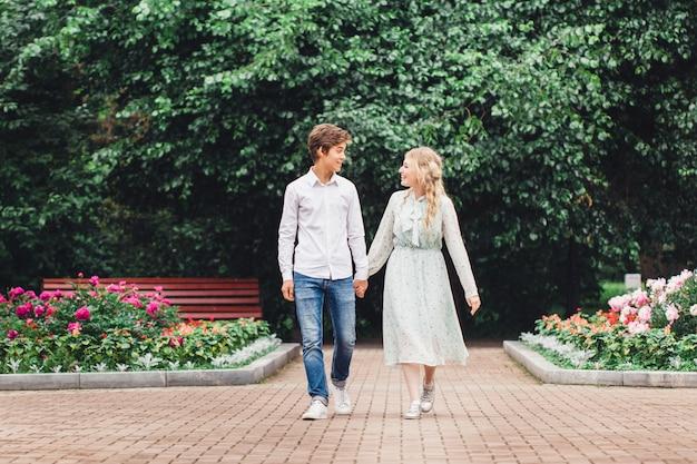 Dziewczyna I Młody Mężczyzna Siedzący Na ławce, Pierwsza Randka, Pocałunek Komunikacji, Znajomy Premium Zdjęcia