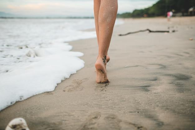 Dziewczyna idzie wzdłuż plaży Darmowe Zdjęcia
