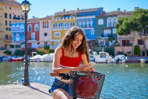 Dziewczyna Jedzie Na Składanym E-rowerze W śródziemnomorskiej Marinie Premium Zdjęcia