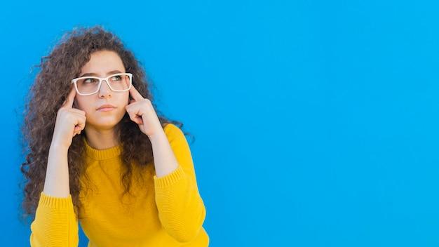 Dziewczyna Jest Ubranym Szkło Kopii Przestrzeń Z Kędzierzawym Włosy Darmowe Zdjęcia