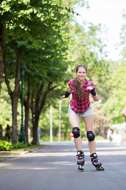 Dziewczyna jeździ na rolkach Darmowe Zdjęcia