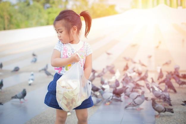 Dziewczyna Karmi Portret Ptaka Premium Zdjęcia