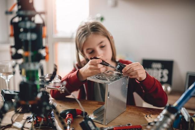 Dziewczyna modyfikująca zasilanie i uczącą się robotyki Premium Zdjęcia