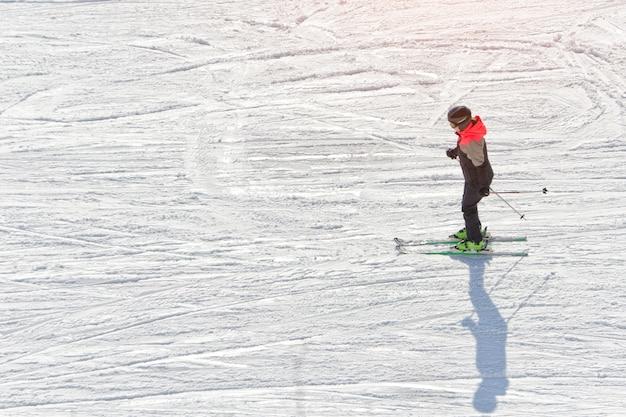 Dziewczyna na nartach na torze narciarskim. Premium Zdjęcia