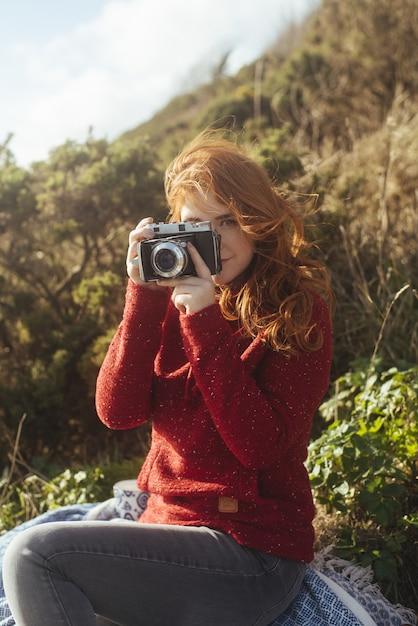 Dziewczyna Na Wybrzeżu Z Rocznika Kamerą Darmowe Zdjęcia