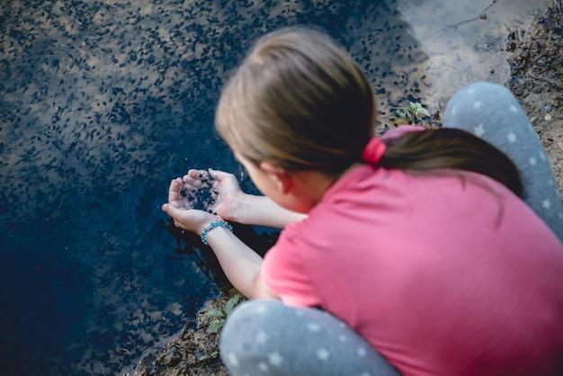 Dziewczyna Nad Jeziorem łapie Kijankę Premium Zdjęcia