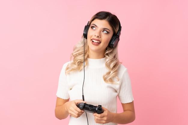 Dziewczyna nastolatka, grając w gry wideo Premium Zdjęcia