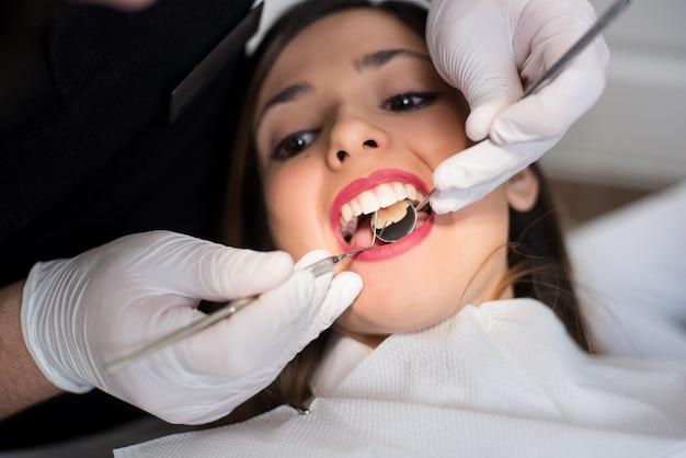 Dziewczyna O Dentystycznej Kontroli W Klinice Dentystycznej Premium Zdjęcia