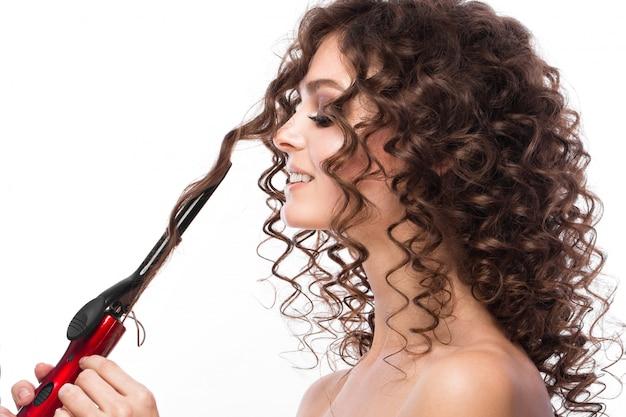 Dziewczyna O Idealnie Kręconych Włosach Premium Zdjęcia