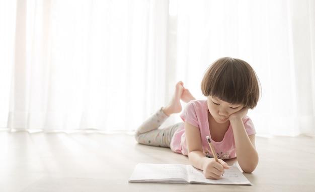 Dziewczyna Odrabiania Lekcji, Papier Do Pisania Dla Dzieci, Koncepcja Edukacji, Powrót Do Szkoły Premium Zdjęcia