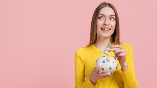 Dziewczyna oszczędza pieniądze Darmowe Zdjęcia