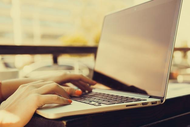 Dziewczyna pisania na laptopie Premium Zdjęcia