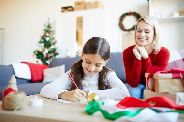 Dziewczyna Pisze List Do świętego Mikołaja Darmowe Zdjęcia