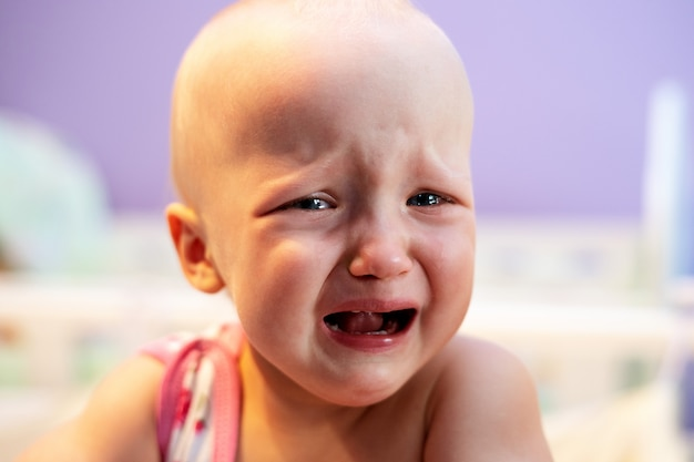 Dziewczyna Płacze Stojąc W łóżeczku. Premium Zdjęcia