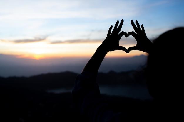 Dziewczyna Pokazuje Serce Rękami. Na Batur Wulkanu. Bali. Indonezja Darmowe Zdjęcia