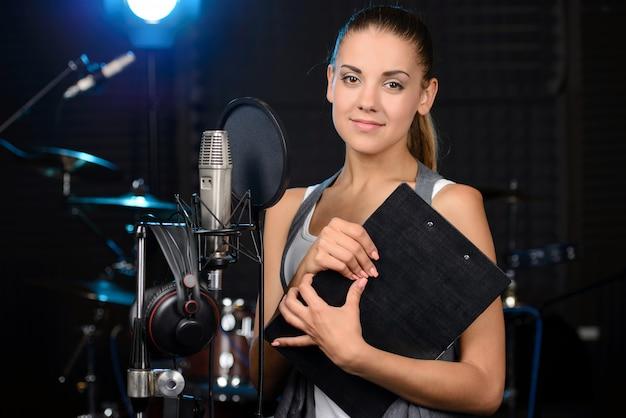 Dziewczyna Pozuje Na Studiu Fotograficznym. Premium Zdjęcia