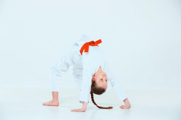 Dziewczyna Pozuje Na Treningu Aikido W Szkole Sztuk Walki. Pojęcie Zdrowego Stylu życia I Sportu Darmowe Zdjęcia
