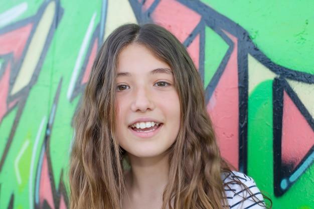 Dziewczyna Pozuje Obok Graffiti Premium Zdjęcia