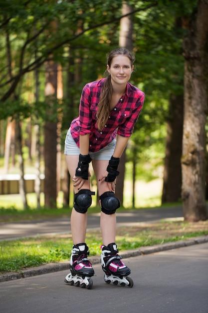 Dziewczyna pozuje w parku z jej ostrzami dalej Darmowe Zdjęcia