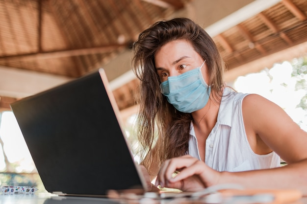 Dziewczyna Pracuje Na Laptopie W Masce. Wysokiej Jakości Zdjęcie Darmowe Zdjęcia