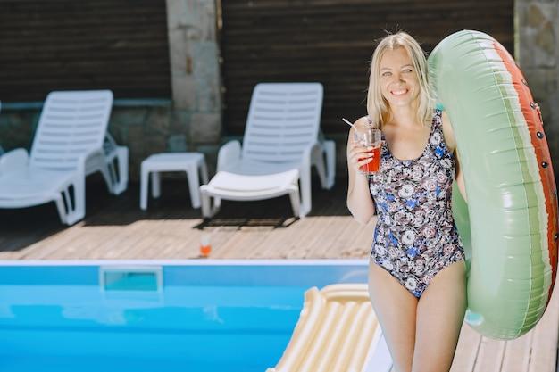 Dziewczyna Przy Basenie. Kobieta W Stylowych Strojach Kąpielowych. Pani Na Wakacjach Darmowe Zdjęcia