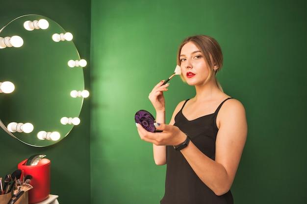 Dziewczyna Robi Jej Makijaż W Zielonym Pokoju Darmowe Zdjęcia