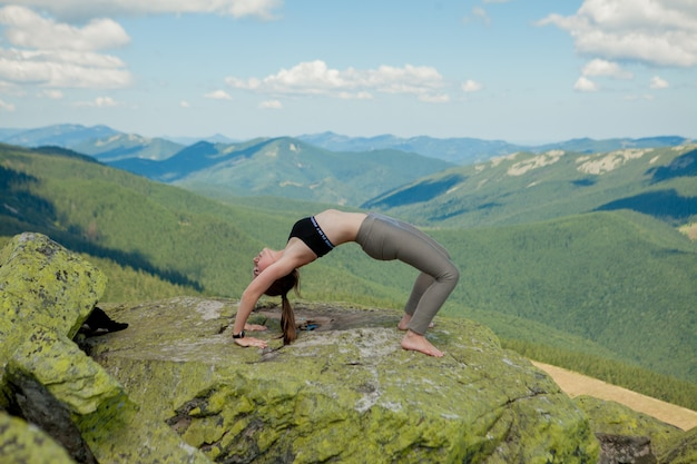 Dziewczyna Robi Joga ćwiczenia Pozycji Lotosu Na Szczycie Góry Premium Zdjęcia