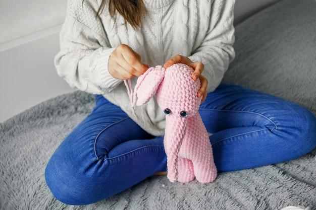 Dziewczyna Robi Na Drutach Różową Przędzę Premium Zdjęcia