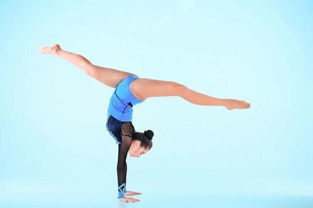 Dziewczyna Robi Taniec Gimnastyka Na Niebiesko Darmowe Zdjęcia