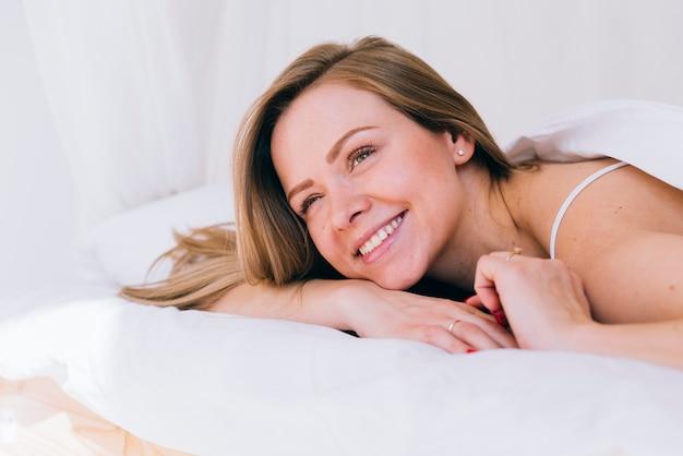 Dziewczyna Rozluźniła Się W łóżku Darmowe Zdjęcia