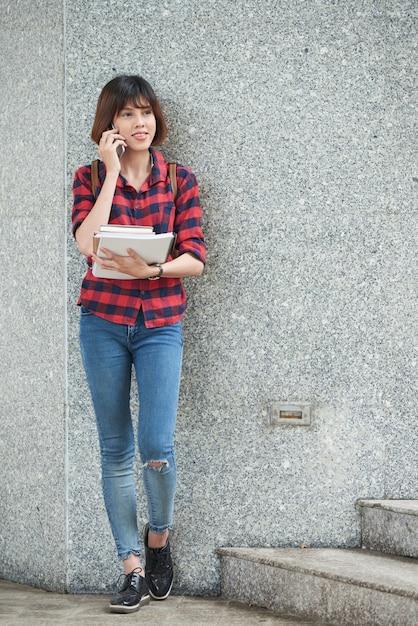 Dziewczyna rozmawia przez telefon przed zajęciami na świeżym powietrzu Darmowe Zdjęcia