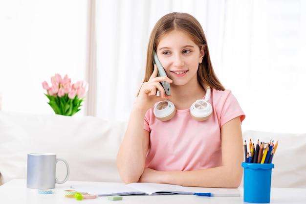 Dziewczyna Rozmawia Z Przyjaciółmi Na Telefon Premium Zdjęcia