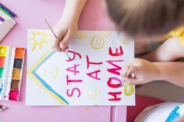 Dziewczyna Rysunek Razem W Domu Podczas Kwarantanny. Gry Z Dzieciństwa, Rysunek Sztuki, Koncepcja Pobytu W Domu Premium Zdjęcia