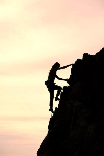 Dziewczyna Sama Zdobywa Szczyt Podczas Wspinaczki Premium Zdjęcia
