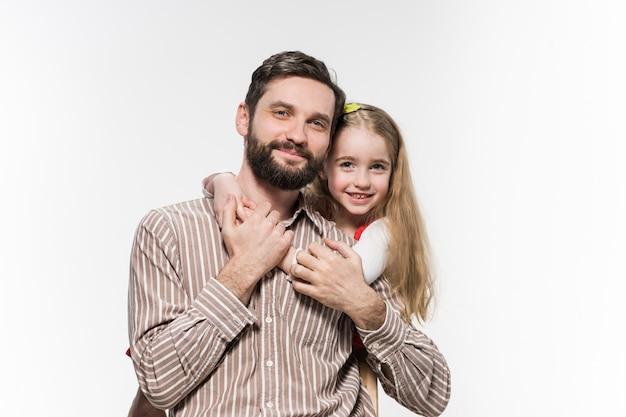 Dziewczyna ściska Jej Ojca Nad Bielem Darmowe Zdjęcia