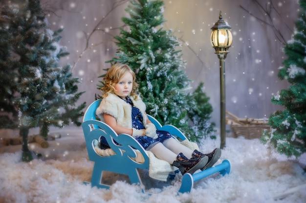 Dziewczyna Siedzi Na Sankach W śniegu Premium Zdjęcia