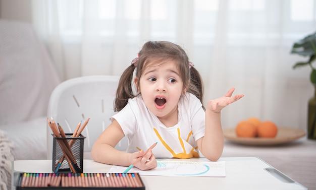 Dziewczyna Siedzi Przy Stole I Odrabia Lekcje. Darmowe Zdjęcia