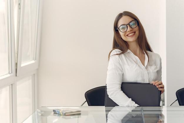Dziewczyna Siedzi W Biurze Z Laptopem Darmowe Zdjęcia