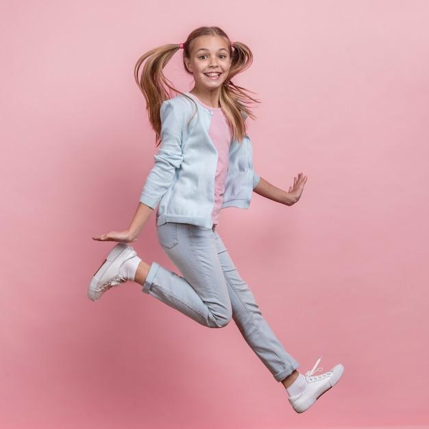 Dziewczyna Skacze Na Boki I Jest Szczęśliwy Darmowe Zdjęcia