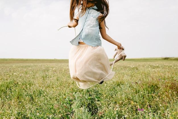 Dziewczyna Skacze W Polu Darmowe Zdjęcia