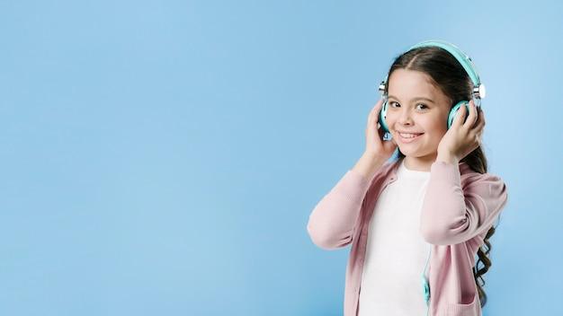 Dziewczyna słucha muzyka z hełmofonami w studiu Darmowe Zdjęcia