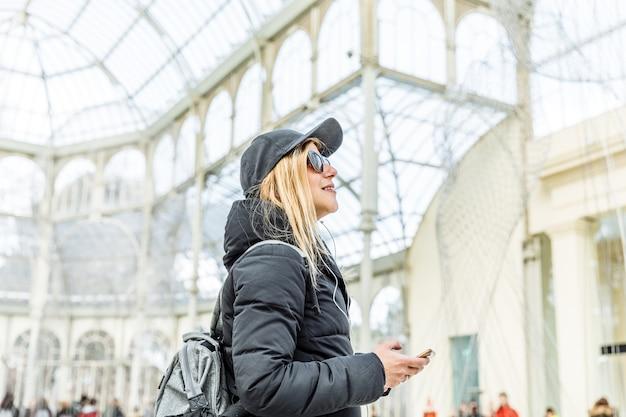 Dziewczyna Słucha Muzyki Na Swoim Telefonie Premium Zdjęcia